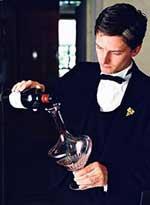 Imagen de un sommelier echando vino en un decantador