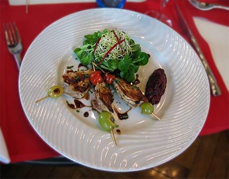imagen de Brochettes de filets de caille, chutney aux griottes