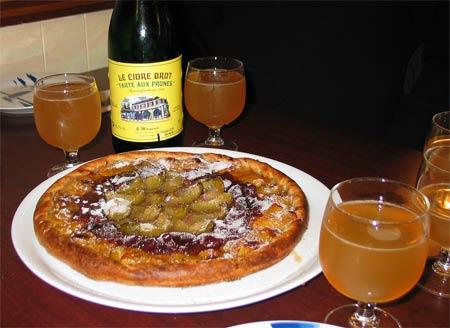 Bar dégustation tarte aux prunes.<br /> (Charente-Maritime)