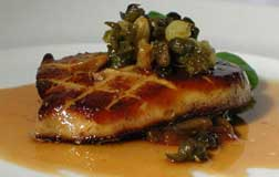 Fondant de foie gras poêle au confit de fleurs (hígado salteado con salsa de flores confitadas)