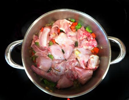 Conejo en salsa de tomate, comino y Pineau des Charentes