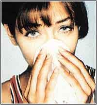 Mujer alergica sonandose los mocos